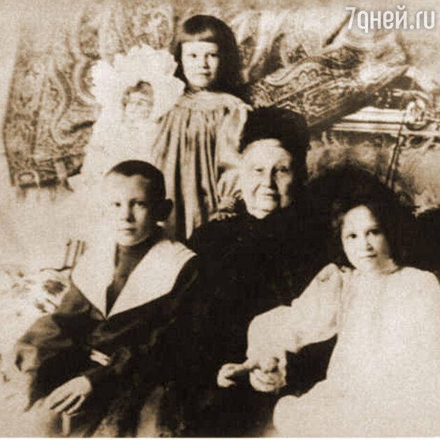 Мария Фёдоровна Морозова с внуками