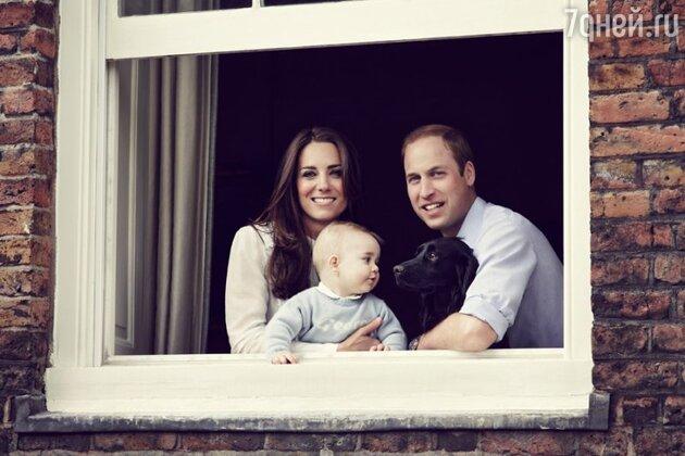 Кейт Миддлтон и принц Уильям у окна Кенсингтонского дворца вместе с Джорджем и собакой Лупо
