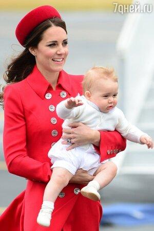 Кейт Миддлтон с принцем Джорджем в аэропорту Веллингтона