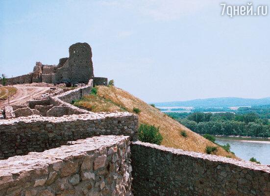 Замок Девин близ Братиславы всегда надежно защищал словаков от иноземцев. За Дунаем — уже территория Австрии