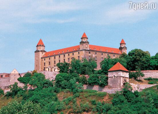 Братиславский замок. Его нередко в шутку называют «перевернутым столом» за четыре башни, расположенные по краям словно ножки у стола