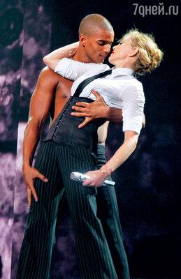 С некоторых пор Мадонна предпочитает мужчин погорячее и помоложе. С Брахимом Заибатом