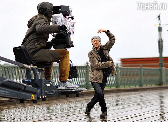 Танец на мосту Петропавловской крепости Евгений Миронов репетировал под проливным дождем