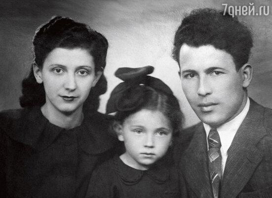 С родителями АлексеемДавидовичем иАлександрой Яковлевной. 1950 г.