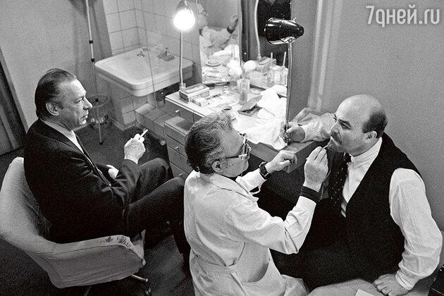Олег Ефремов и Александр Калягин, перед спектаклем «Так победим». 1979 г.