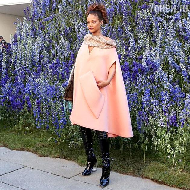 Кейп Рианны на фэшн-шоу Dior привлек внимание всех фотографов