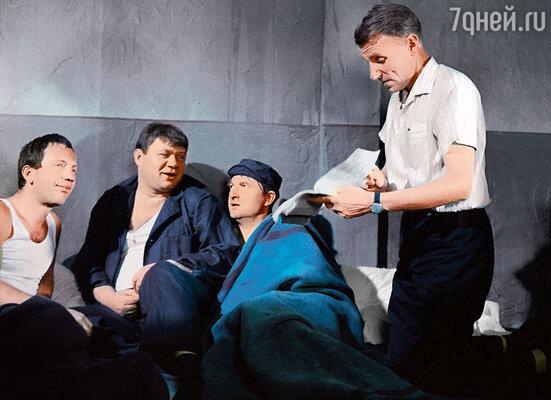 Отец был не только режиссером знаменитой комедии, он участвовал и в написании сценария, но гонорара за это не получил