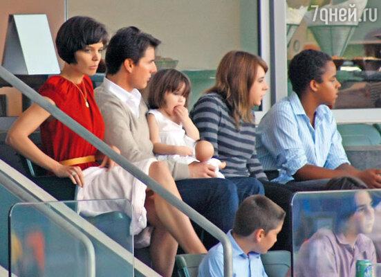 Том Круз и Кэти Холмс с дочкой Сури и приемными детьми Круза и Кидман— Изабеллой Джейн и Коннором Энтони