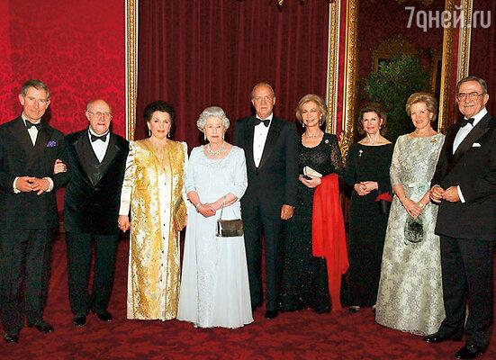 На приеме в честь празднования папиного дня рождения у королевы Великобритании Елизаветы Второй в Букингемском дворце. Слева направо: принц Чарльз, папа, мама, королева Елизавета Вторая, король Испании Хуан Карлос Первый, королева Испании София, королева Швеции Сильвия, королева Дании Маргрете Вторая с супругом принцем-консортом Хенриком Датским