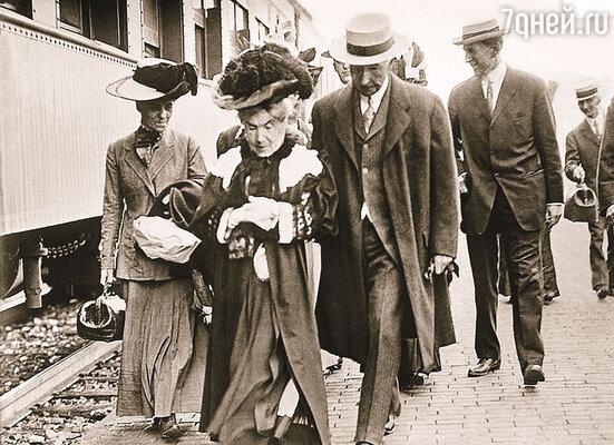 Жена Рокфеллера Лаура всю жизнь штопала свои старые поношенные платья, но при этом все считали ее психически здоровой...