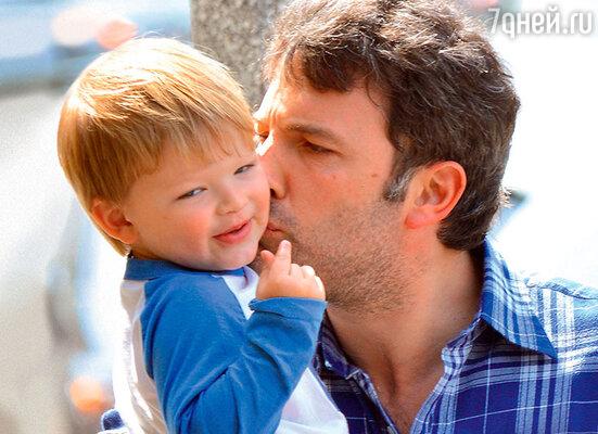 Бен Аффлек с  сыном Сэмюэлом. 2014 г.