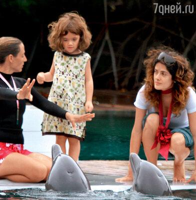 Дрессировщик океанариума показывает дочке Сальмы Хайек, как правильно обращаться с дельфинами