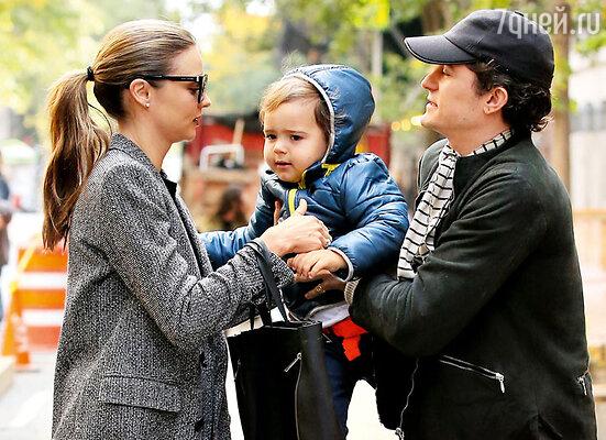 Орландо Блум и Миранда Керр ссыном Флинном вскоре после объявленияоразрыве. Нью-Йорк, октябрь 2013 г.