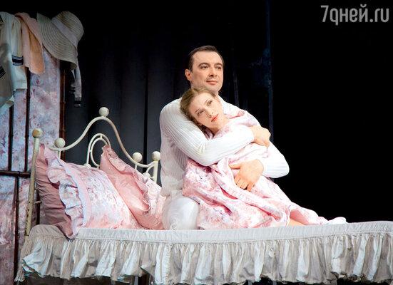 Светлана Иванова (Патриция Хольман) и Александр Хованский (Роберт Локамп) в спектакле «Три товарища»