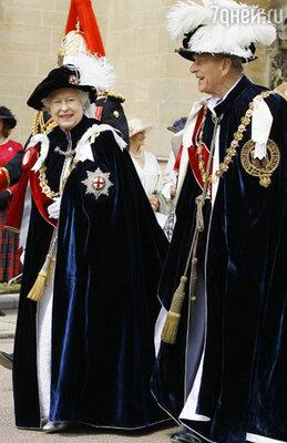 Королева Елизавета II и герцог Эдинбургский Филипп  на церемонии Ордена подвязки