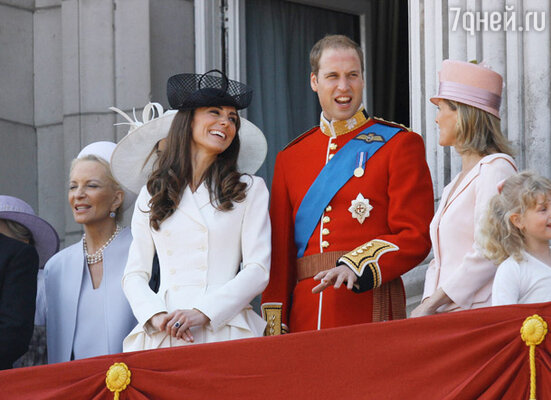Герцог и герцогиня Кембриджские (в центре)