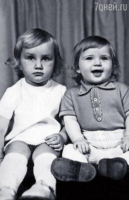 На всех детских фотографиях Наташа почему-то хмурилась, а я улыбалась