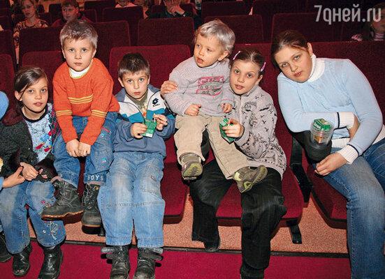 Иван Золотухин со своими племянниками. Слева направо: Маша, Никон, Алеша, Ваня, Таня и Оля