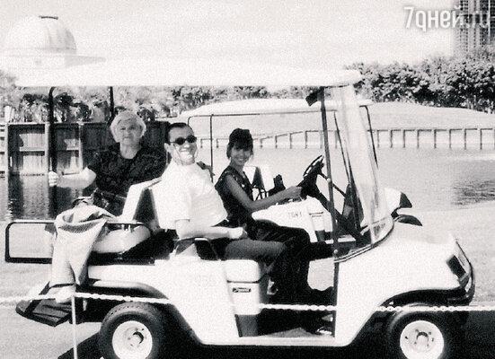 «Я забрал дочку с собой в Майами и туда же привез маму — на помощь».С мамой Бэлой Семеновной и дочерью Наташей. 1995 г.