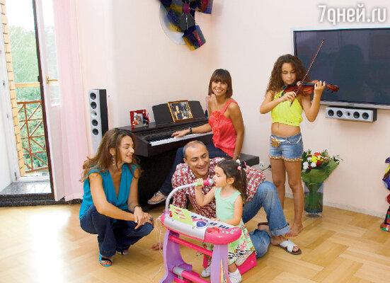 С женой Лианой и дочерьми Эммануэль, Сариной и Наташей