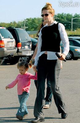 Николь и ее дочь Сандэй Роуз направляются к магазину