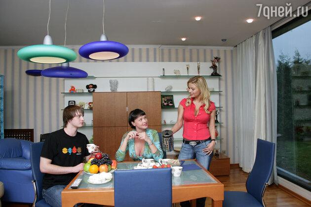 Анна Семенович с братом Кириллом и подругой Олесей