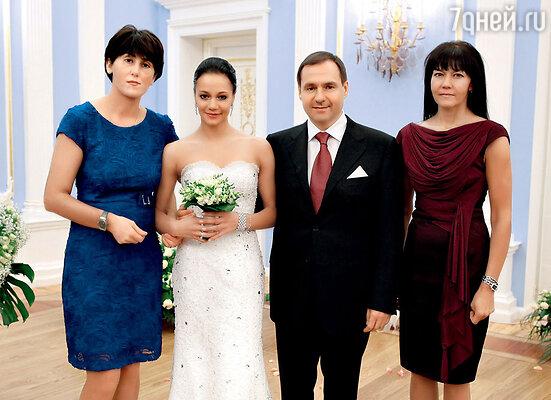 Во время церемонии бракосочетания. Ирина Чащина с мужем Евгением Архиповым, своей крестной Дианой (слева) и мамой Татьяной