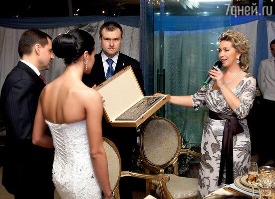 Светлана Медведева преподнесла молодоженам икону сизображением святых Петра и Февронии— покровителей семейного счастья