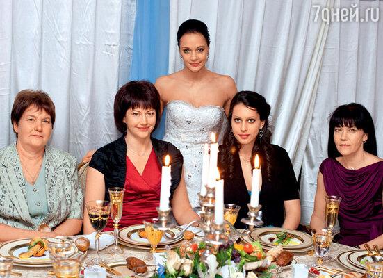 Ирина со своими родными — бабушкой Тамарой Валентиновной, тетей Натальей,  двоюродной сестрой Викой и мамой Татьяной