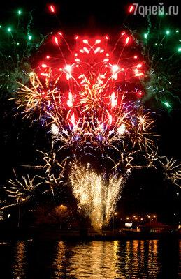 Праздничный салют стал настоящим сюрпризом дляневесты. Красочный фейерверк был спрятан наберегу Москвы-реки изапущен в момент, когда теплоход, на котором происходило вечернее торжество, проплывал мимо