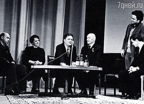 Дед на встрече со студентами ВГИКа. Рядом моя бабушка, Сергей Герасимов, папа и Сергей Никоненко