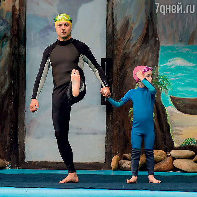Владимир Зеленский и Ангелина Поликарпова на съемках в дельфинарии