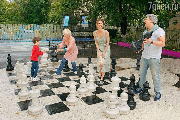 Лянка Грыу с мужем Михаилом Вайнбергом, мамой Стеллой и сыном Максимом