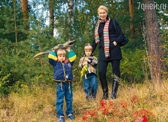 Маша и близнецы Фома и Фока с новой добычей: крокодилом и динозавром