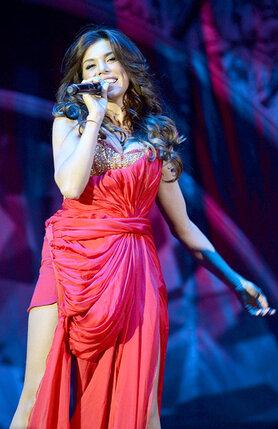 Анна Седокова выступает «на разогреве» у Дженнифер Лопес. 2012 г.