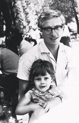 Со мной в детстве было невозможно сладить. Я росла сорванцом, с ободранными коленками и вечно переломанными ногами-руками. Алена с отцом