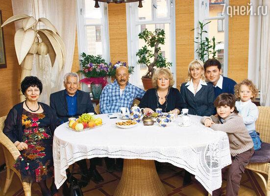 Александр Яковлевич с родителями Софьей Семеновной и Яковом Шмарьевичем, женой Еленой Викторовной, дочерью Анной, зятем Тиберио и внуками Дэвидом и Сашей
