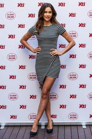 Ирина Шейк в платье от Bec & Bridge и туфлях от Xti