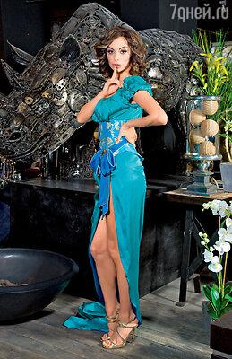 Недавно в сценическом гардеробе Варнавы появился очень дорогой наряд. Платье из натурального шелка, вручную расшитое камнями, со шлейфом, который легко заправляется за пояс, когда артистка танцует на сцене