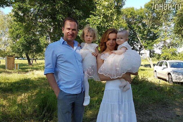 Татьяна Абраменко с дочерьми Викой и Лизой и мужем