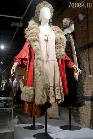 Оперное манто из панбархата, отделанное крашеным мехом лисы. Платье из шелка с вышивкой. Вещи из Парижа и Харбина 20-х годов, сделанные русскими эмигрантами