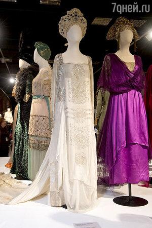 Бальные платья из шелка, тюля и кружева и кокошники, расшитые стразами и стеклярусом, 1910-х годов