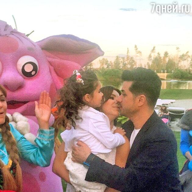 Ани Лорак с мужем и дочерью