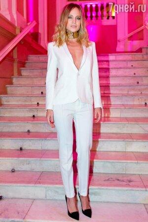 Наталья Ионова (Глюк'oZa) пришла в белом брючном костюме