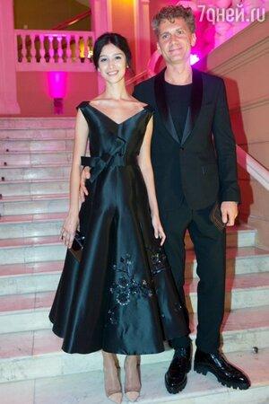 Равшана Куркова в платье от Bohemique и ее возлюбленный Илья Бачурин