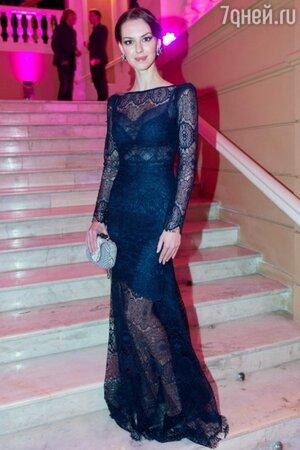 Лянка Грыу в роскошном темно-синем кружевном платье