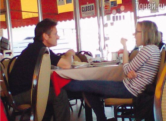 Шон Пенн и Скарлетт Йоханссон— «очень старые друзья» в Лос-Анджелесе обедают вместе в кубинском ресторане. 1 марта 2011 года