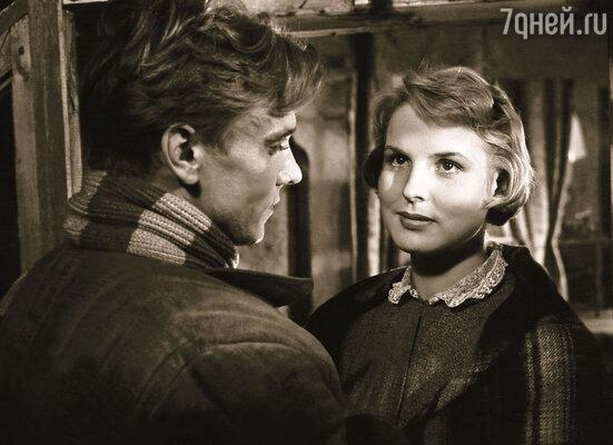 Свою самую известную роль в кино мать Андриса, Маргарита Жигунова, сыграла в фильме «Жестокость». С Георгием Юматовым