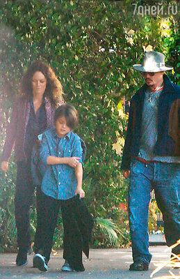 Ванесса Паради с сыном и Джонни Депп