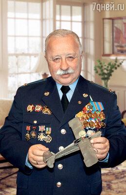 Настоящий подполковник Леонид Якубович при полном параде